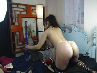 busty 베이비는 거대한 딜도 라구 딜도와 함께 그녀의 음부를 열심히 섹스