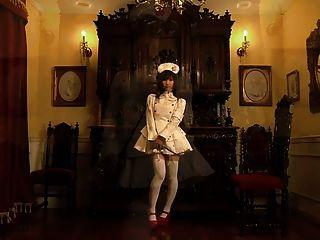 귀여운 일본 하녀가 소심한 팬티를 보여줍니다.