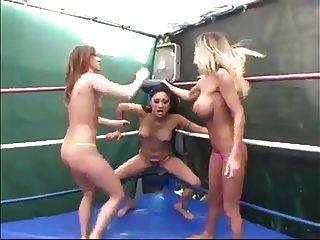 세 여자가 wf 레슬링 불쾌한 여자를 왜곡
