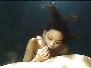 아시아의 아름다움 수중의 입으로