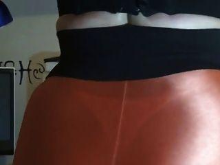 오렌지 레깅스에 섹시한 엉덩이를 보여주는