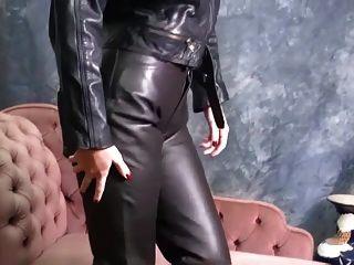 꽉 바지와 섹시한 부츠에 넣어 가죽에 뜨거운 아가씨는 애타게