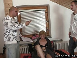 섹스 토이와 장난 꾸러기 할머니를위한 두 자지