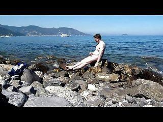 보트를 타기 위해 해변에서 기다리고있다.