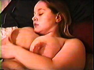 에밀리가 침대에서 스스로 손가락을 친다.