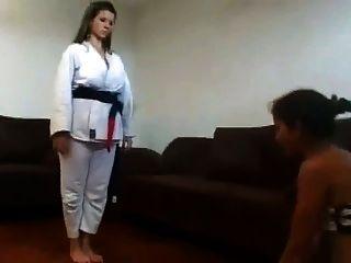 여주인은 그녀의 노예 얼굴 부분 2에있는 공수 훈련이 있었다