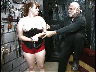 젊은 bdsm 노예 소녀 갈색 머리 코르 셋에서 볼 껀가 하 고 지하실에서 caned