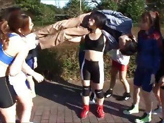 일본 여자들은 남자에게 입으로 날아간다.