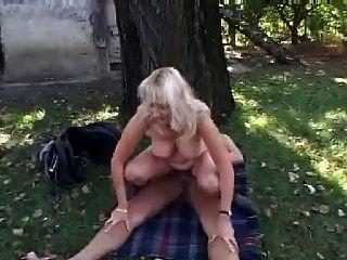 금발의 엄마 씨발과 정원의 얼굴
