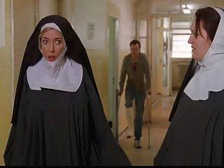 수녀들이 묶여서 경찰들에 의해 벗겨졌다.