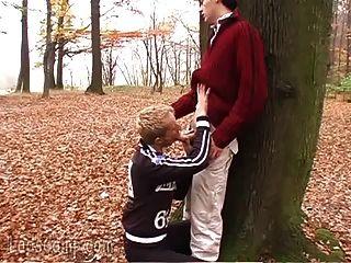 음란 한 동성애자들은 숲속에서 점점 더럽다.