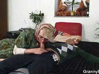장난 꾸러기 할머니는 그녀의 음부를 포기합니다.
