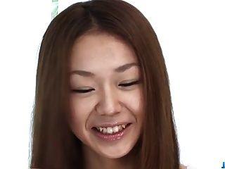 사쿠라 히로타는 포르노 주조시 거시기를 빨아 먹는다.