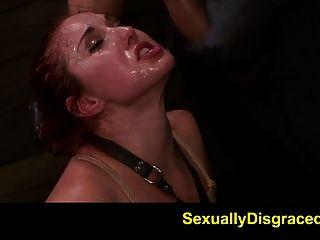 fetishnetwork는 sybian에 묶인 빨간 티렐을 낳았다.