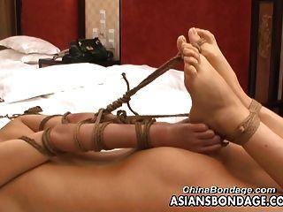 아시아 십 대는 bdsm 사진 촬영에 묶여있다.