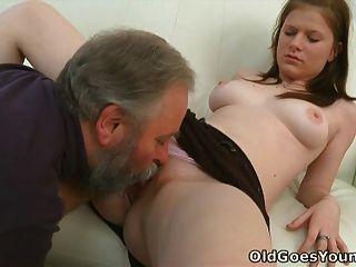 마리아는 늙은이가 그녀를 엿먹이고 남자 친구를 사귄다.