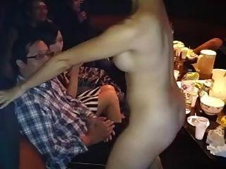 벌거 벗은 아시아 여자 무릎 댄스