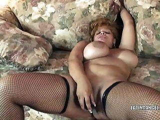 busty milf angel은 그녀의 latina pussy를 엿 먹인다.