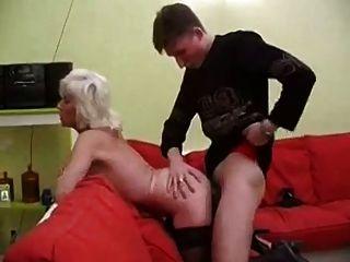 몸집이 작은 성숙한 여인이 타고 내 대학 친구와 섹스를한다.
