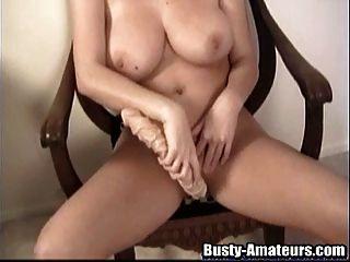 busty sara는 거대한 장난감으로 그녀의 성기를 훈련합니다.