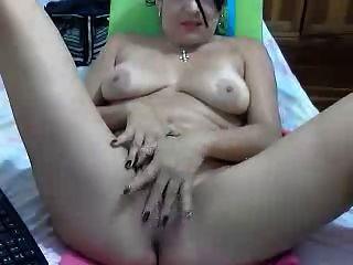 그녀의 아름다움을 과시하는 섹시한 콜롬비아 아가씨
