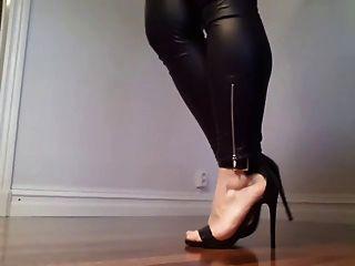변태 항문 새라는 다리와 발 뒤꿈치를 과시했습니다!