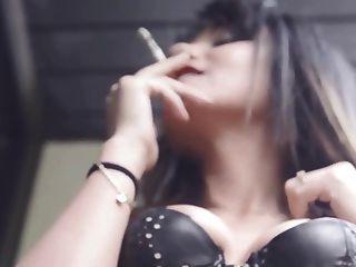 내 친구 아이다는 가죽 코르셋에서 감각적 인 담배를 피웠다.