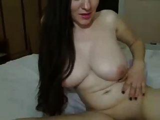 길고 어두운 머리 소녀, 침대에 큰 가슴이 여자를 쓰다듬어