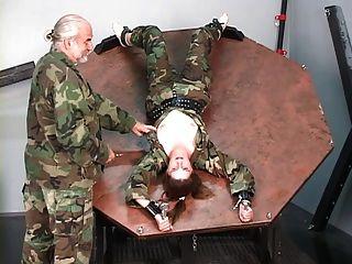 제압 된 군인 소녀는 그녀의 가슴을 쓰러 뜨리며 주인에 의해 고문 당한다.