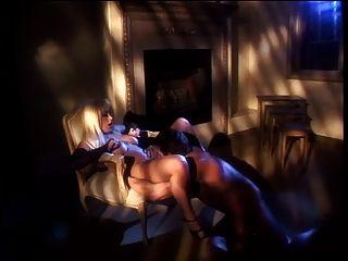 뜨거운 걸레가 그녀의 음부를 문지르고 남자들은 그녀의 새끼를 깊이 엿 먹인다.