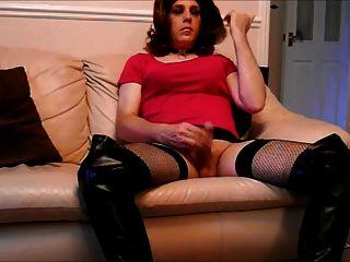 그녀의 큰 뻣뻣한 수탉과 놀고 허벅지 부츠에 tranny