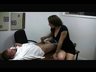 뜨거운 비서 여주인이 남자를 괴롭 혔다.