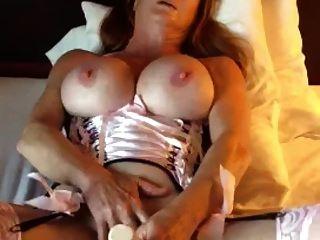 큰 가슴을 가진 성숙한 여인은 자신을 즐겁게한다.