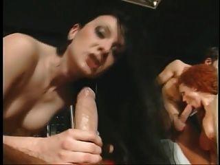 여자가 bj와 마개 구멍 드릴을 제공합니다