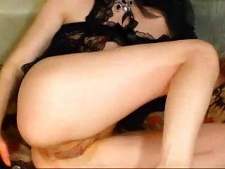 그녀는 딜도와 주먹으로 그녀의 엉덩이를 망 쳤어.
