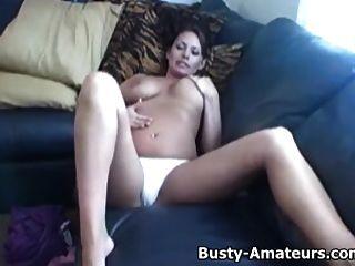 busty leslie는 그녀의 음부를 자위한다.