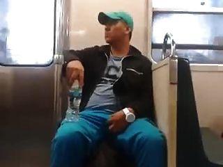 지하철에서 그의 팽창을 움켜 잡고있는 str8 guy