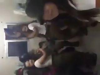 이스라엘 아이돌 소녀들이 춤을 추며 마일리처럼