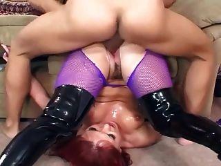 검은 부츠와 보라색 fishnet 팬티 스타킹의 섹스