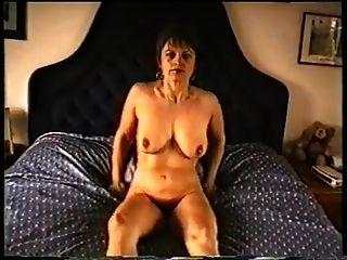 가벼운 가슴과 털이 많은 성기를 가진 성숙한 엄마