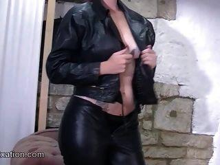 섹시한 엉덩이 페티시스트와 가죽으로 벗겨진 몸매