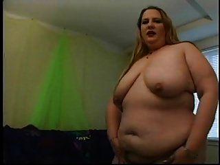 뚱뚱한 금발은 그녀의 음부를 문지른다.