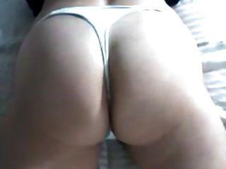 통통하고 성숙한 엉덩이에 끈 팬티