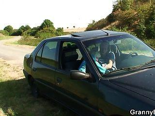 늙은 암캐가 차에 머리를 드리 우고 개가 새겨 져있다.