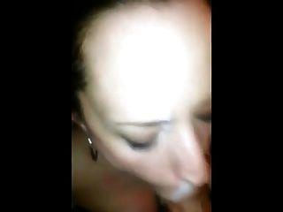 젊은 정액 매춘부가 그녀의 얼굴에 뜨거운 정액 싶어