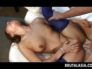 마른 아시아 소녀는 그녀의 엉덩이 아래에 두꺼운 수탉 걸립니다