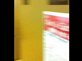 공공 체육관 탈의실에서 멍청하고 누군가가 들어왔다.