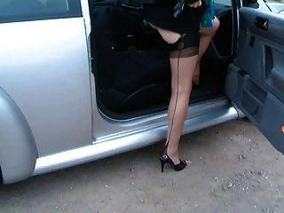 자동차에 성숙한 레기 아가씨