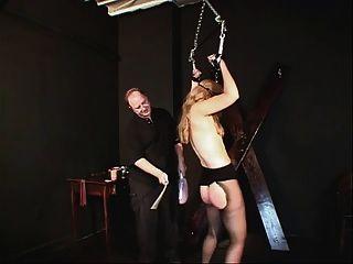 작은 가슴은 그녀의 주인에 의해 속박되고 즐겁다.
