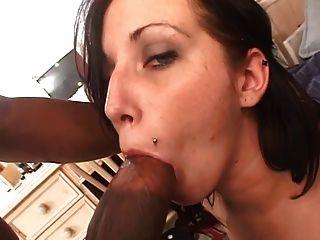 흑인 남자가 섹스를 위해 말괄량이 갈색 머리를 집어들.